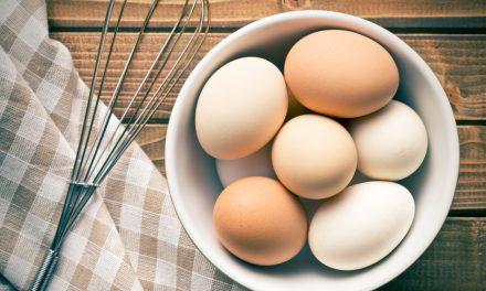 Zo laat de schaal van je gekookt eitje gemakkelijk los