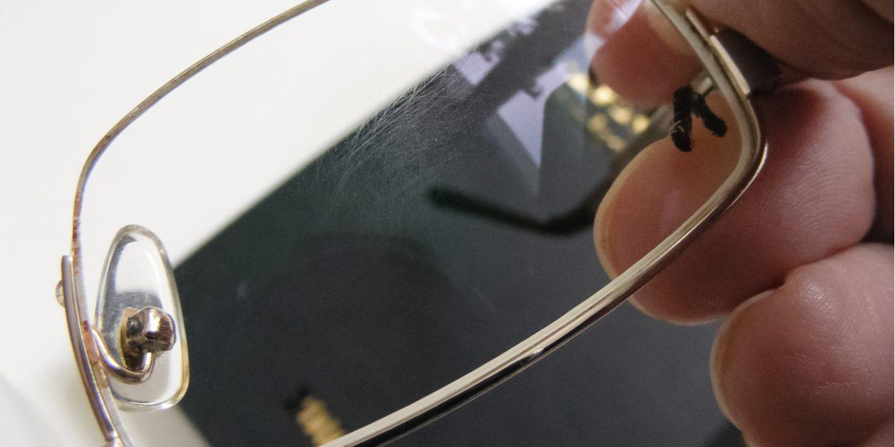 Zo verwijder je krassen op je brilglazen