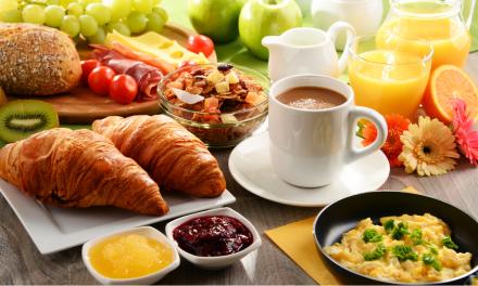 Waarom je beter geen thee of koffie drinkt bij het ontbijt