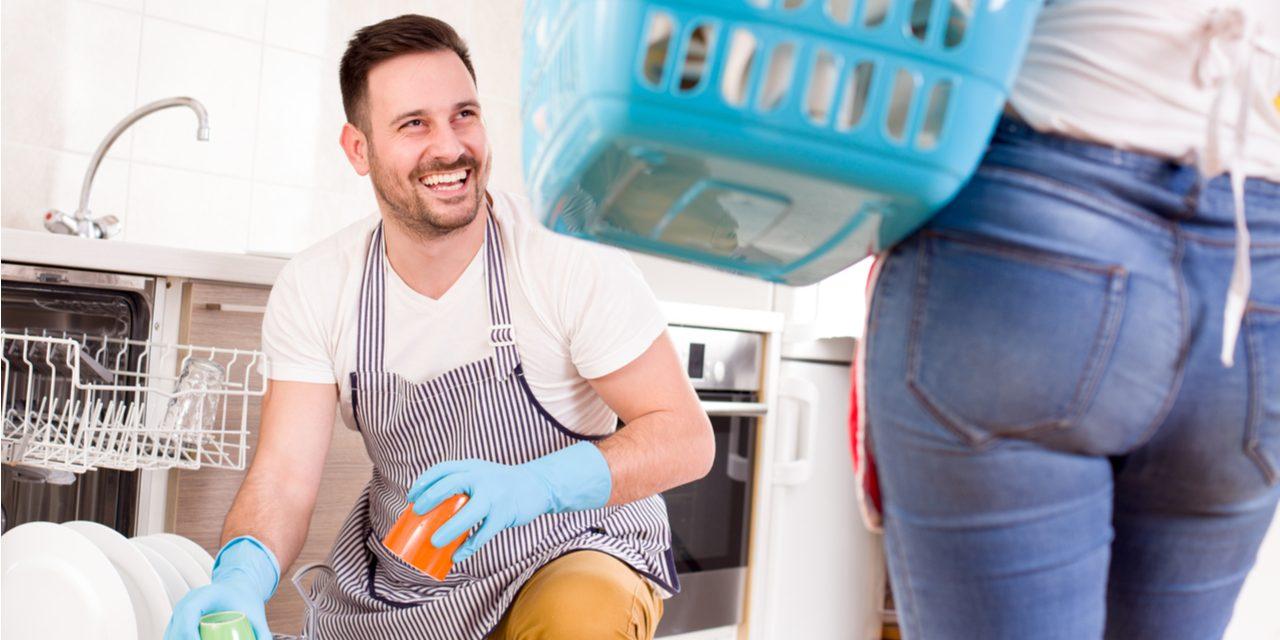 Mannen die meehelpen in het huishouden zijn gelukkiger