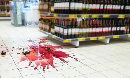 Wijnflessen omgestoten: Wie betaalt de schade in winkel?