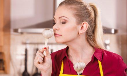Hoe krijg je de geur van ui en knoflook van je handen en uit je huis?