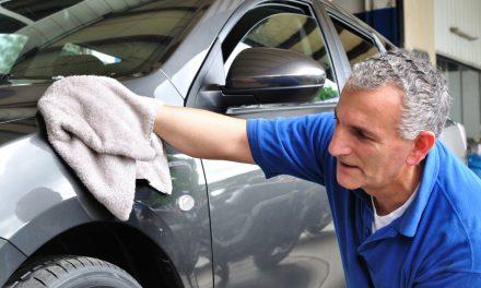 Hoe moeiteloos asfaltvlekken, harsen en stickers van je auto verwijderen?