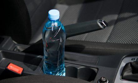 Waarom bewaar je beter geen water in plastic flessen in je auto?