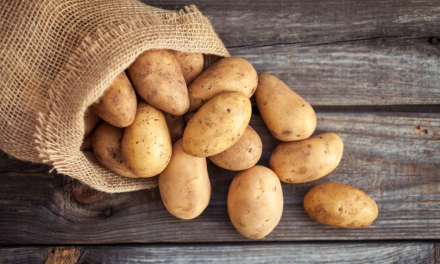 Zo kan je aardappelen sneller koken en gemakkelijker schillen